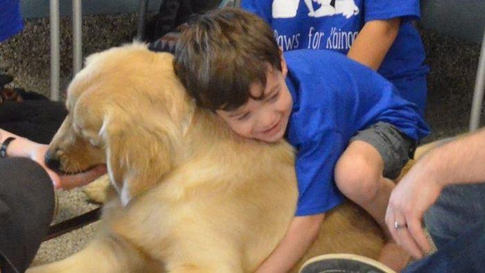 autistische-jongen-5-sluit-bijzondere-vriendschap-met-hond