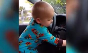 Baby zet autoradio harder om te dansen