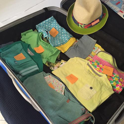 De kledingssetjes gaan per maat, per model netjes de koffer in. Met naamkaartje.
