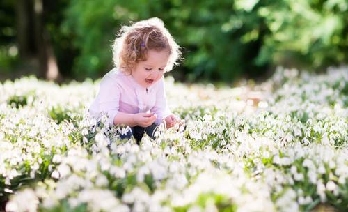 Peuter bij bloemen