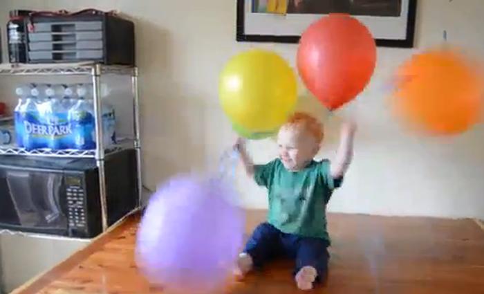 Dreumes door het dolle heen om ballonnen