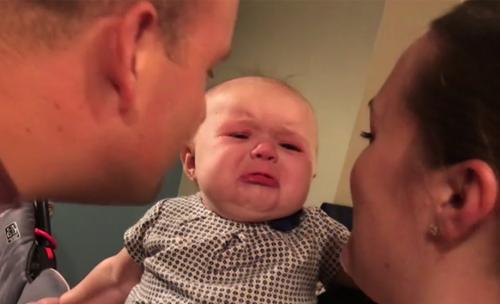 Baby begint te huilen als ouders elkaar kussen
