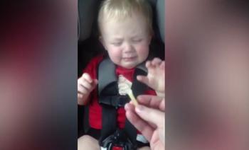Baby slaapt graag met frietje