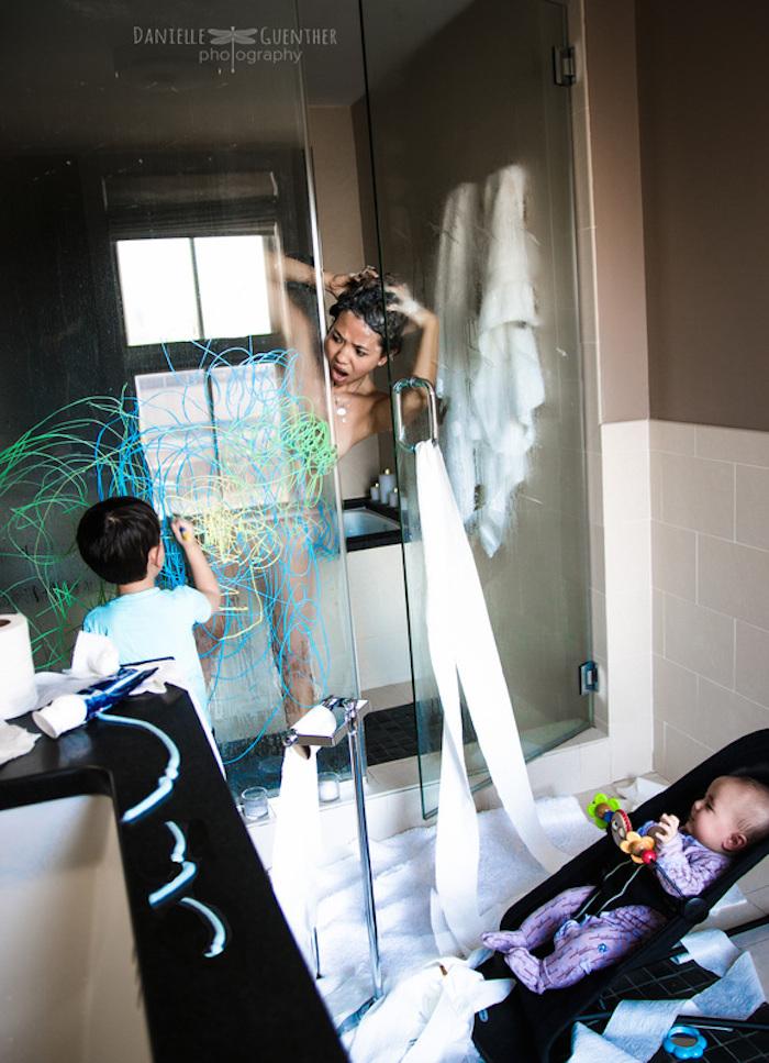 Fotografe-legt-op-hilarische-wijze-het-gezinsleven-vast