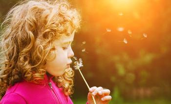 kind met bloem