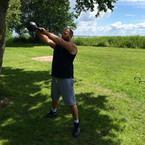 Jasper in actie met kettlebell tijdens de eerste workout van Robert Miedema.