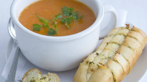 Hollandse tomatensoep met balletjes en kruidenbroodje
