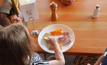 Anticiper une sortie au restaurant avec des enfants