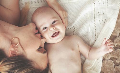 knuffelen baby