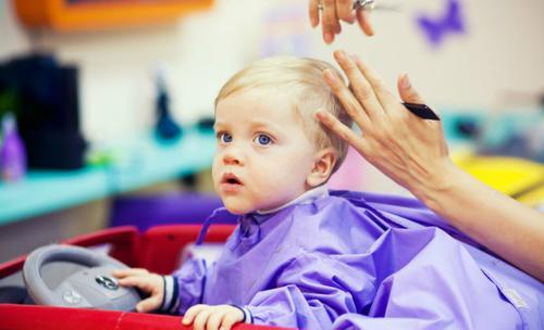 comment préparer la 1ère visite de bébé chez le coiffeur