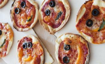 Bakken met kinderen: zelf mini-pizza's maken
