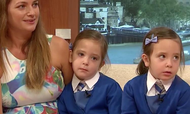 Bijzonder: Siamese tweeling voor het eerst naar school