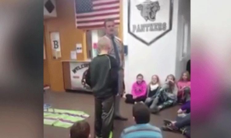 Leraar maakt een prachtig gebaar naar gepeste leerling