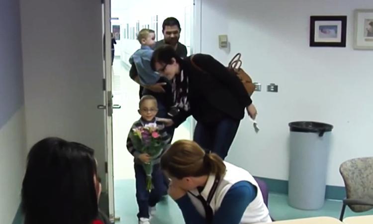 Verpleegkundige wordt verrast door jongetje wiens leven ze redde