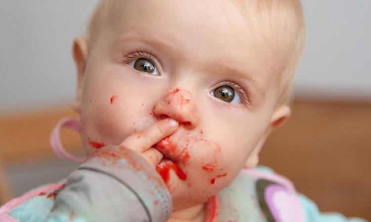 Vlekken verwijderen uit babykleding