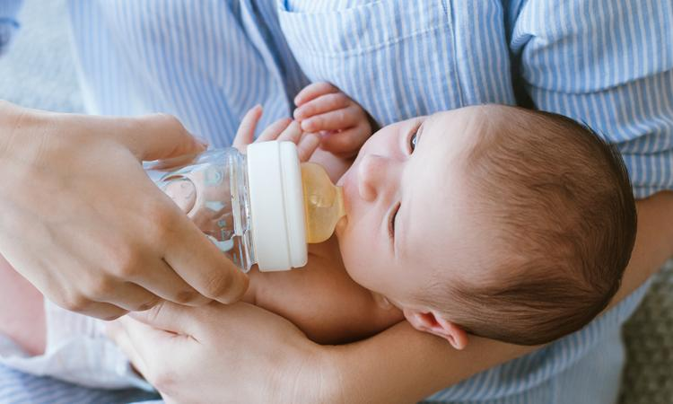 Wat als je baby de fles niet pakt?