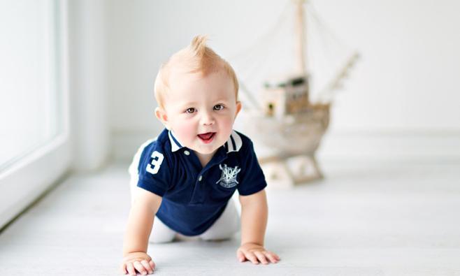 Wanneer leert een baby rollen, kruipen, zitten en staan?