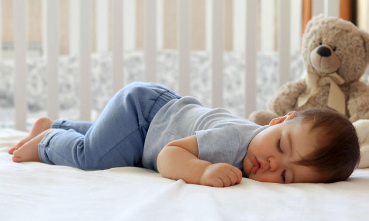 5 momenten waarop het oké is om je baby wakker te maken