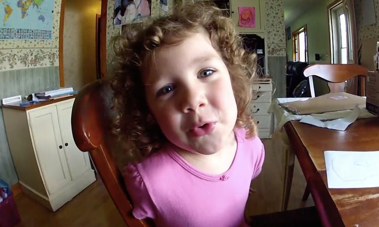 Meisje van 3 zingt lief lied voor vader