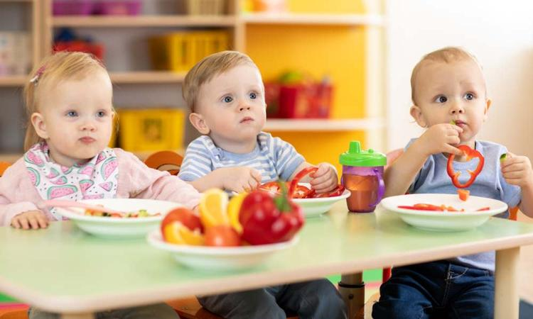 Dit is waarom kinderen op het kinderdagverblijf wél hun bordje leegeten