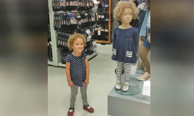 Meisje vindt haar dubbelganger in een kledingwinkel