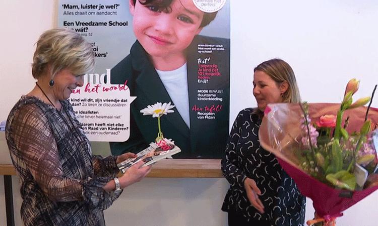 Prinses Laurentien neemt eerste exemplaar van Naar School in ontvangst