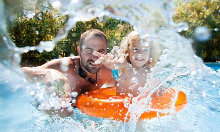 Is het erg als je kind een slok zwembadwater binnenkrijgt?