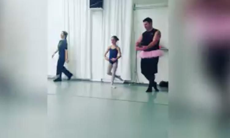 Aandoenlijk: vaders dansen met dochters tijdens balletles