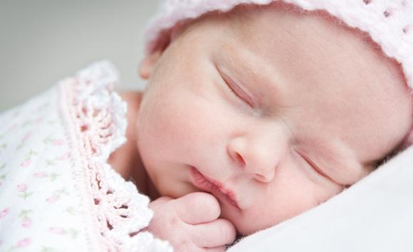 Veilig slapen baby waar moet je op letten ouders van nu for Baby op zij slapen kussen