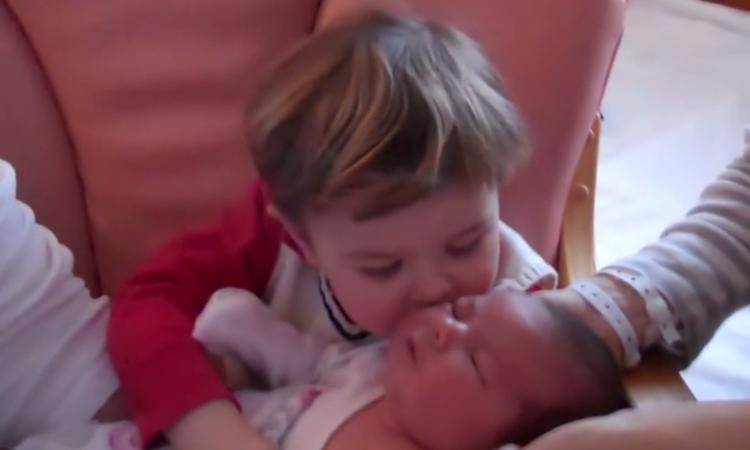 Lief: jongetje probeert gesprek te voeren met pasgeboren zusje