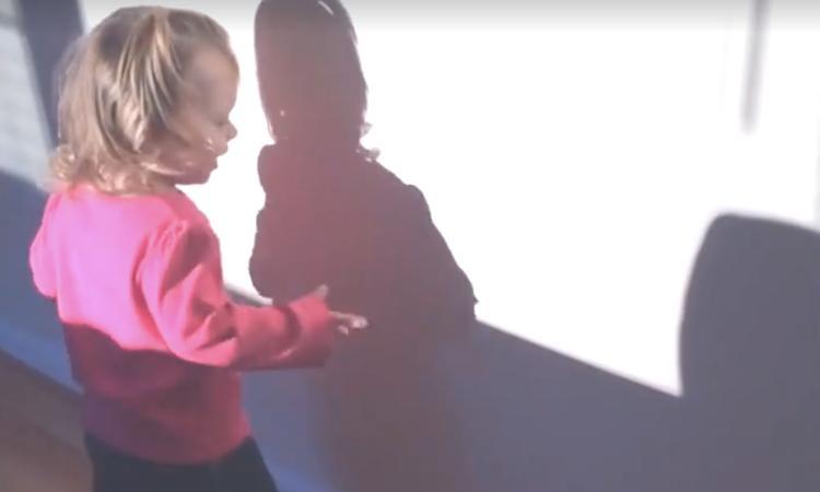 Kleine kinderen ontdekken voor het eerst hun schaduw (auw!)