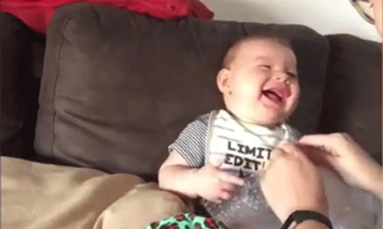 Deze baby ligt helemaal in een deuk om... Bubbeltjesplastic!