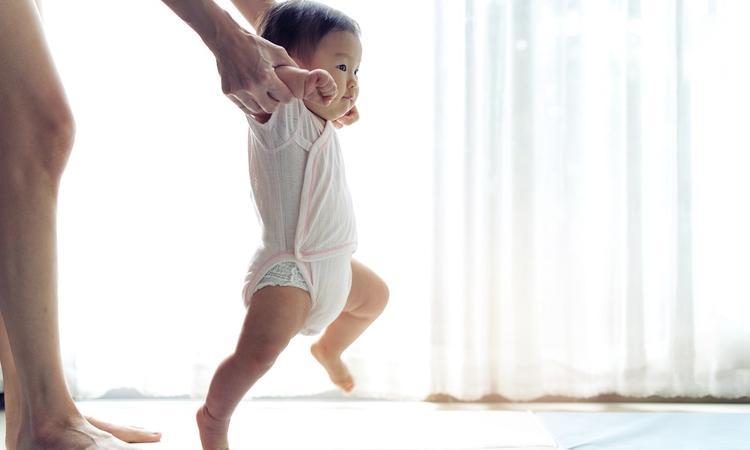 Ontwikkeling baby leren lopen