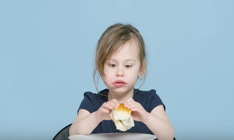 Amerikaanse kinderen proberen Nederlands eten