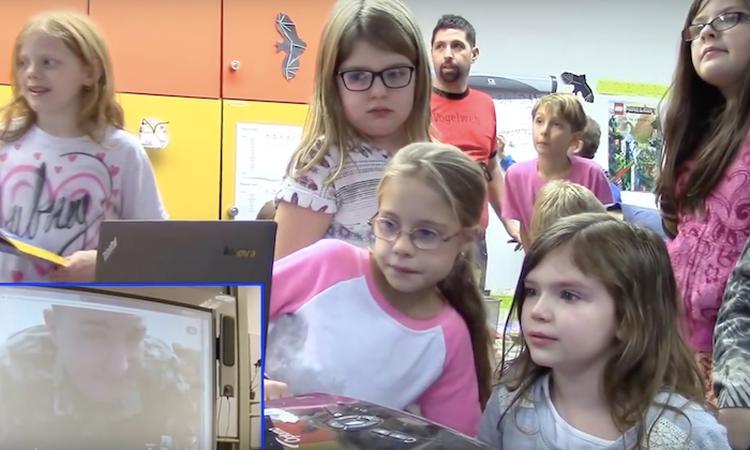Dochter van militair mag met klas via Skype raden waar haar vader is