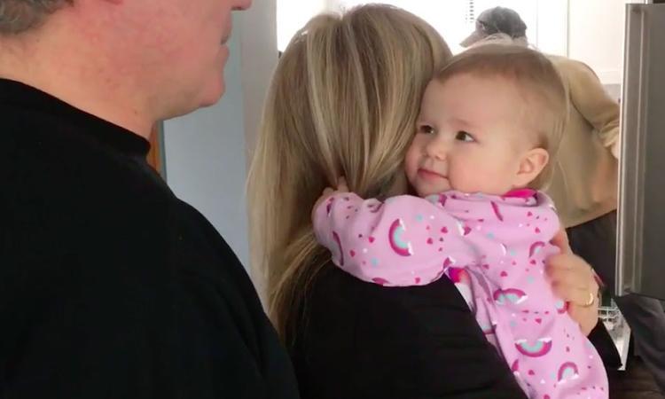 Deze baby wil maar één ding: knuffelen met opa en oma