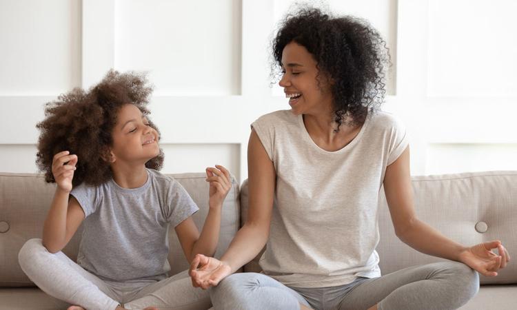 Kinderyoga: 6 oefeningen voor thuis