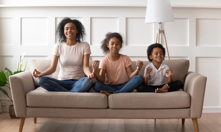 Komen de muren op je af? 8 tips om thuis tot rust te komen