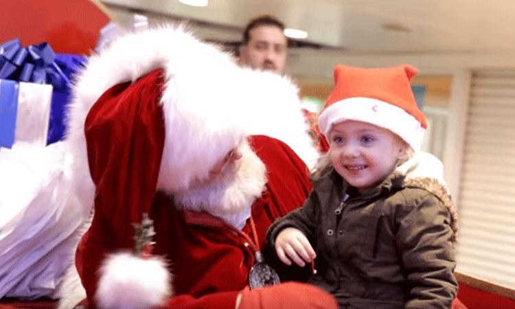 Vertederend: kerstman gebruikt gebarentaal voor doof meisje
