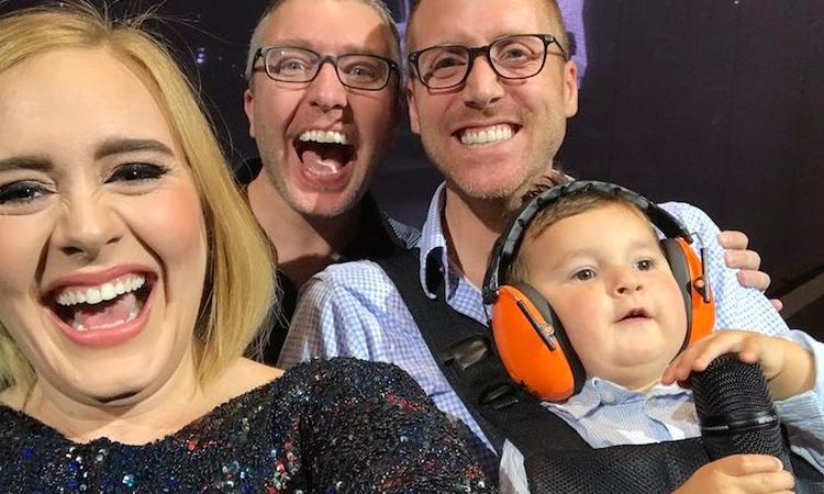 Adele legt concert stil voor selfie met twee vaders en hun zoon