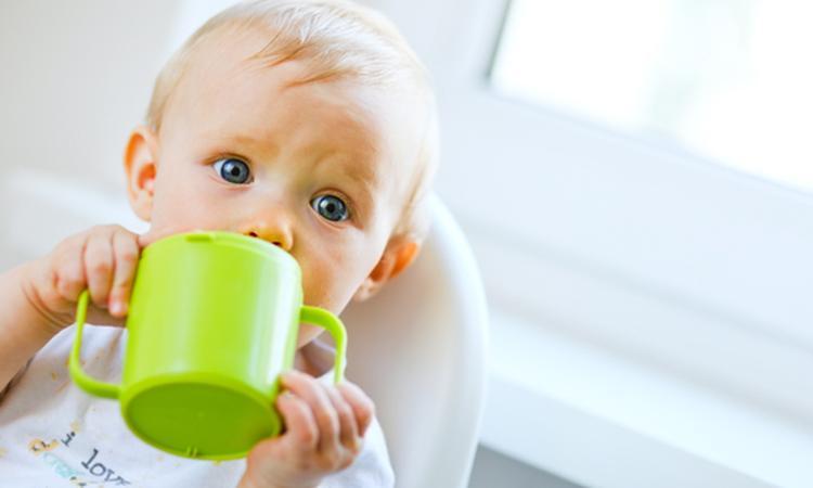 Je kind leren drinken uit een tuitbeker