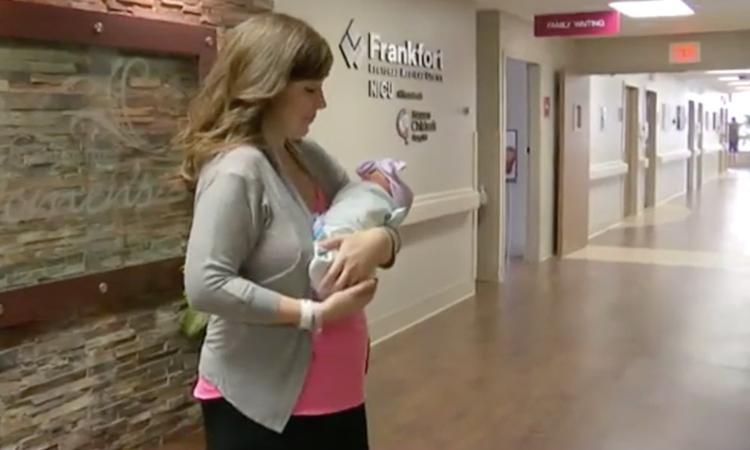 Vrouw onderbreekt eigen bevalling om andere baby ter wereld te brengen