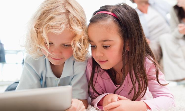'Kinderen die vaak op een tablet spelen beginnen later met praten'