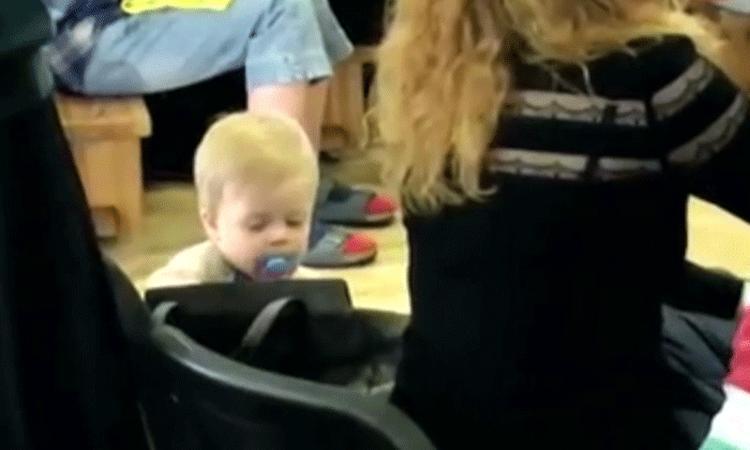 Baby 'berooft' stiekem zijn moeder tijdens een toneelstuk