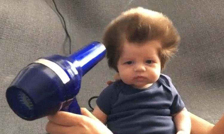 Baby met enorme haardos is internethit