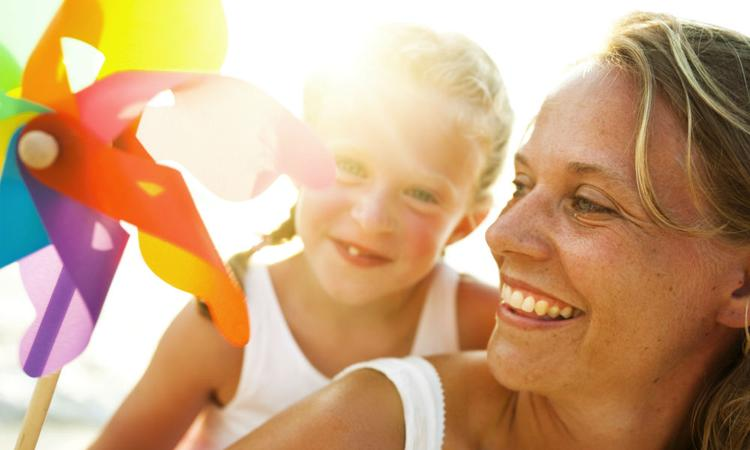 Alleenstaande moeders gaan vaker met hun kinderen op vakantie dan vaders