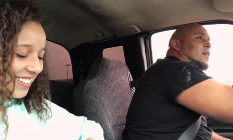 Vader zingt prachtige cover in auto en wordt internethit