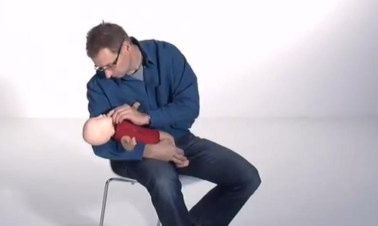 Dit moet je doen als een baby zich verslikt