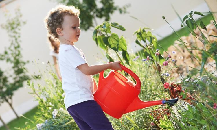 kind in de tuin