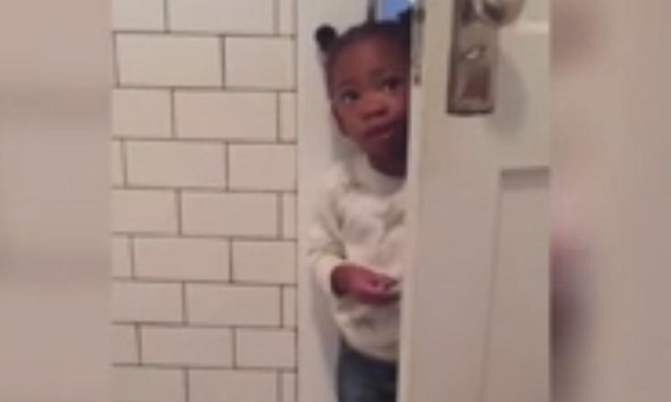 Hilarisch: waarom je als moeder nooit rust hebt, zélfs niet op de wc